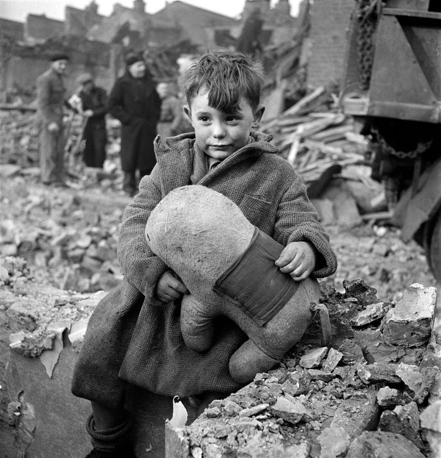 toni_frissell_abandoned_boy_london_1945
